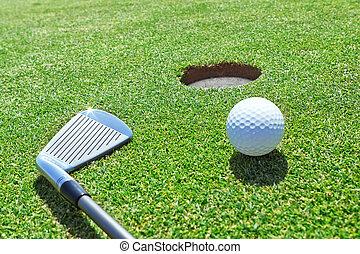 golf, palo, y, pelota, en la hierba, cerca, el, hole.