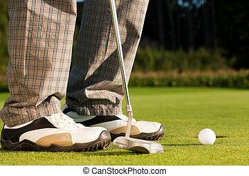 Golf Spieler beim Golf beim Einlochen