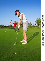 golf, vrouw, speler, groene, het putten, gat, golf bal