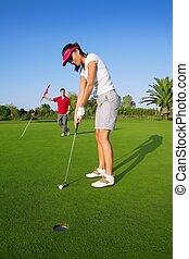 golfe, mulher, jogador, verde, pôr, buraco, bola golfe