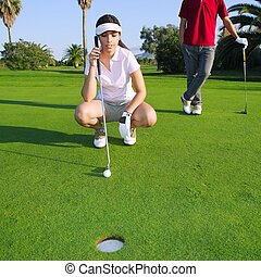 golfe, mulher jovem, olhar, e, apontar, a, buraco