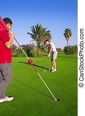 golfe, mulher, pôr, gol, bola, e, homem, segura, bandeira