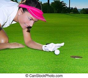 golfe verde, buraco, mulher, humor, flicking, mão, um, bola