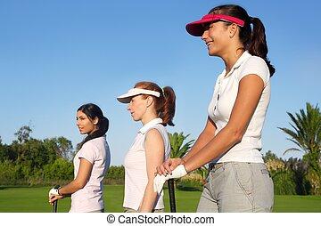 golfen, drei, frau, reihe, grünes gras, kurs