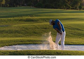 golfer, finder, en, sand bunker, skud, på, solnedgang