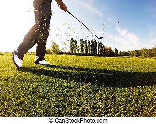 golfer, opføre, en, golf, skud, af, den, fairway.