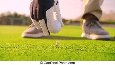 golfeur, placer, course., tee balle, golf, closeup.