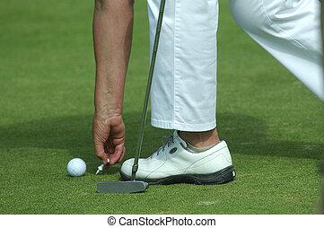 golfista, colocación, pelota de golf, en, un, tee