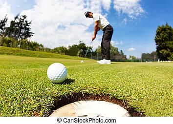 golfista, condujo, el, pelota, en, el, agujero, en,...