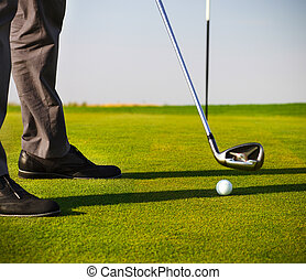 golfista masculino, poniendo, foco, en, pelota de golf
