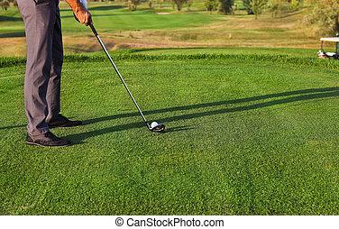 golfista, poniendo, foco selectivo, en, pelota de golf