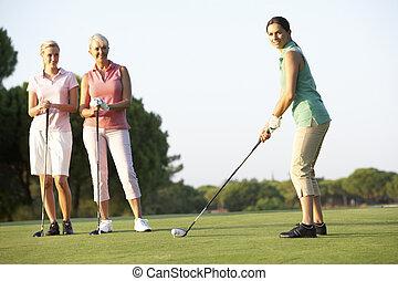 golfistas, de, curso, teeing, hembra, grupo, golf