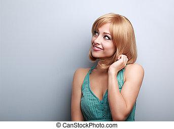 gondolkodó, csinos, fiatal, szőke, woman külső, feláll