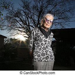 gondolkodó, szabadban, senior woman, portré