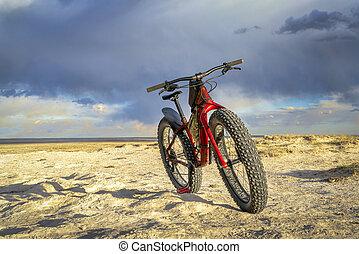gorda, bicicleta, em, badlands, com, nuvens tempestade