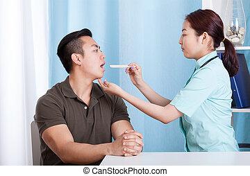 gorge, pendant, examen, homme asiatique