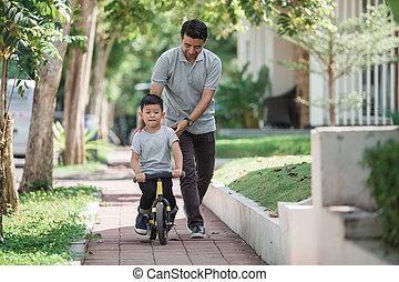 gosse, à, sien, père, apprentissage, comment, monter, a, vélo
