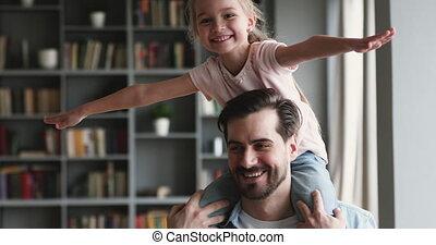 gosse, épaules, préscolaire, daughter., jeune père, heureux...
