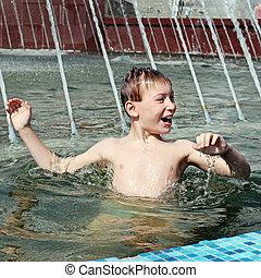 gosse, baigner, dans, fontaine