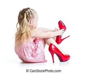 gosse, girl, chaussures, momie, essayer