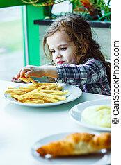 gosse, girl, dans, a, restaurant, manger, jeûne, nourriture.