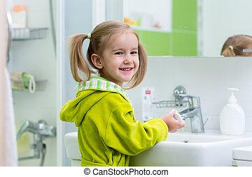 gosse, girl, est, lavage, elle, mains, à, savon, dans, les, salle bains