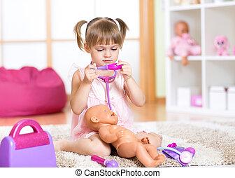 gosse, girl, jouer, docteur, à, elle, nouveau-né, poupée, dans, salle