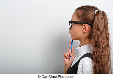 gosse, intelligent, sur, girl, dessin, fond, pensée, crayon, regarder, pupille, lunettes, mur