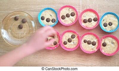 gosse, préparer, muffins