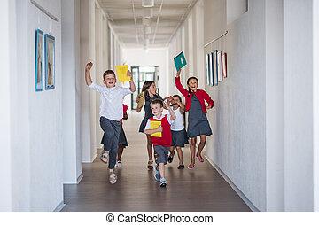 gosses école, groupe, gai, courant, petit, jumping., couloir