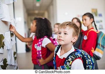 gosses école, groupe, gai, petit, couloir, standing.