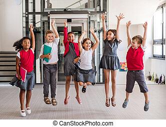 gosses école, groupe, gai, petit, jumping., couloir
