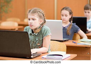 gosses école, groupe, travailler ensemble, informatique, élémentaire, classe
