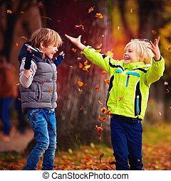 gosses école, lancement, feuilles, parc, enchanté, automne, amusement, baissé, avoir, heureux