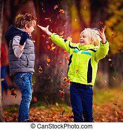 gosses école, lancement, feuilles, parc, enchanté, haut, automne, amusement, baissé, avoir, heureux