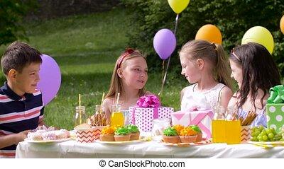 gosses été, dons, fêtede l'anniversaire, heureux