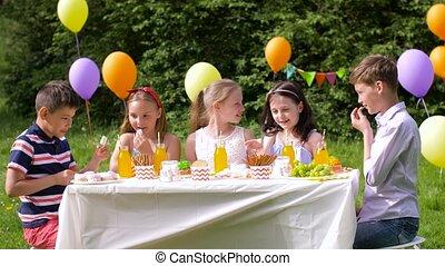gosses été, jardin, fêtede l'anniversaire, heureux