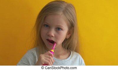 gosses, coloré, brosse dents, petite fille, regarder, nettoyage, gris, t-shirt, appareil photo, charmer, dents