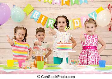 gosses, exposition, haut, célébrer, anniversaire, pouces, partie., enfants, heureux