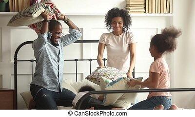 gosses, famille, avoir, lit, baston, africaine, oreiller, heureux