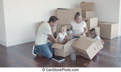 gosses, famille, nouveau, appartement, gai, choses, déballage