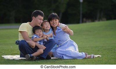 gosses, famille, selfie, parc, joyeux, asiatique, prendre