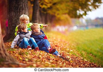 gosses, feuilles, parc, automne, amusement, baissé, avoir, ami, heureux