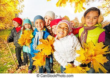 gosses, feuilles, râteau, jaune, tas, équipe