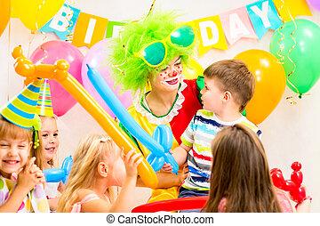gosses, groupe, clown, célébrer, fêtede l'anniversaire
