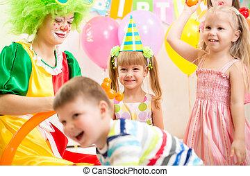 gosses, groupe, clown, gai, fêtede l'anniversaire