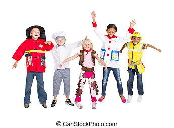 gosses, groupe, costumes, sauter
