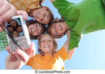 gosses, groupe, dents, blanc, sourires, heureux