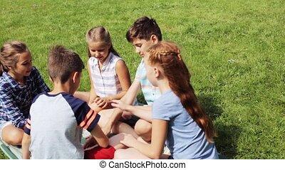 gosses, groupe ensemble, mettre, mains, heureux