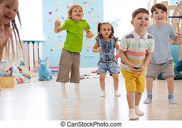 gosses, groupe, jouer, sauter, heureux